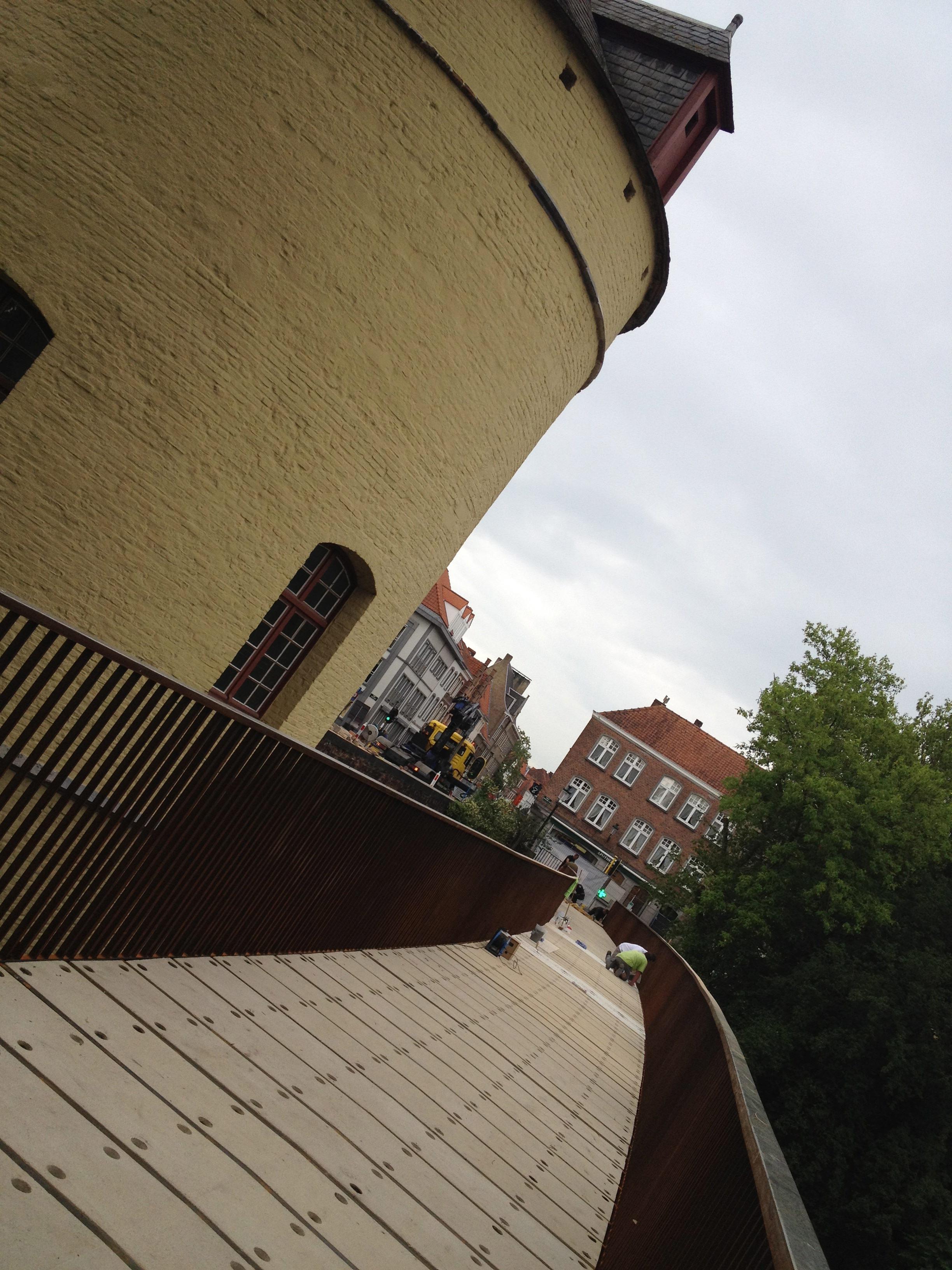 Brugge Smedenpoort afwerken van ankeropeningen in betontegels